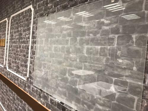 """לוח מחיק זכוכית שקוף מט 100x180 ס""""מ סדרת Bclear Ice במשרד"""