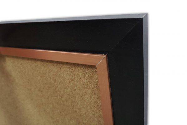 לוח שעם עם מסגרת עץ שחורה - פינה