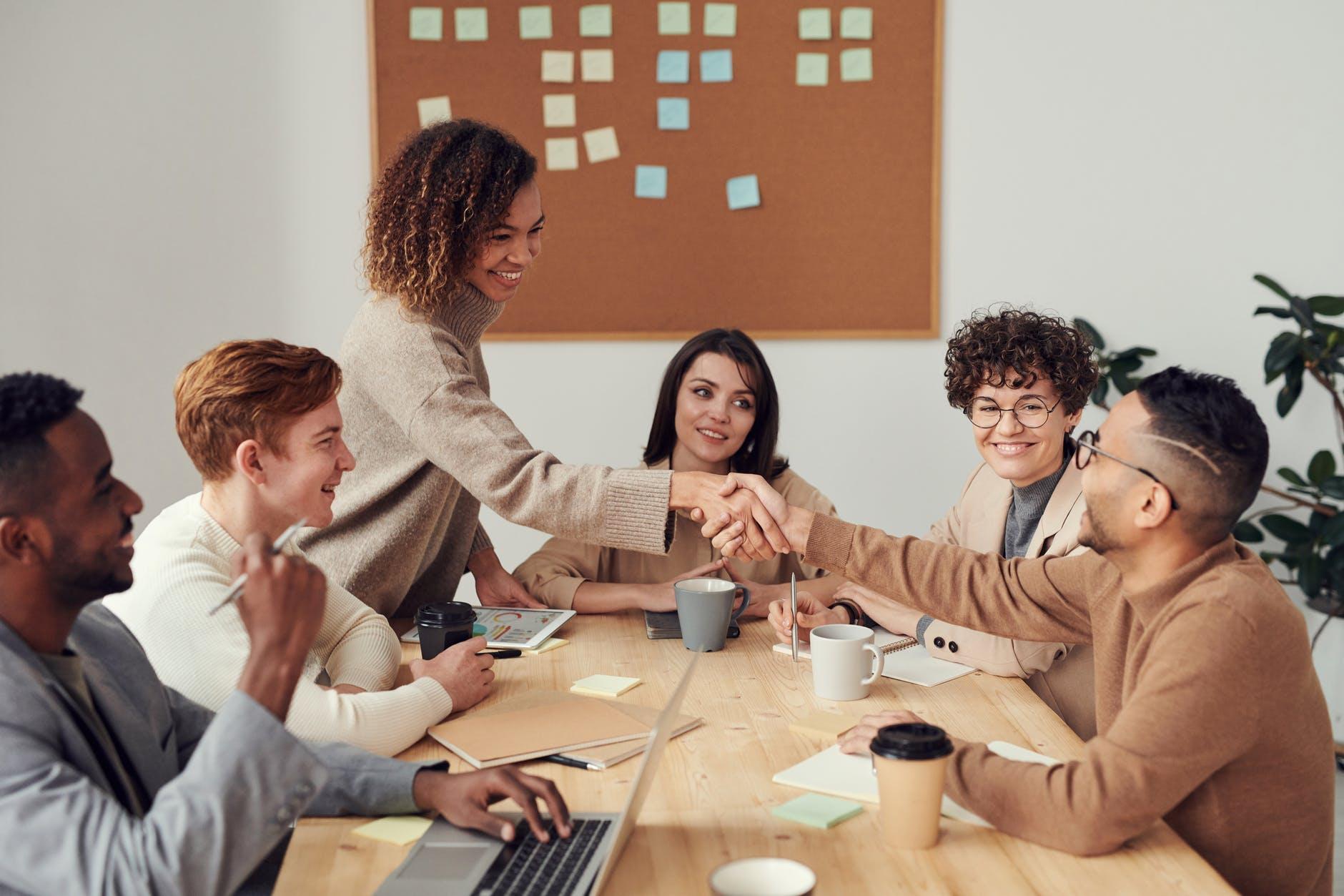 לוח שעם מסגרת עץ - גם בפגישות עסקים