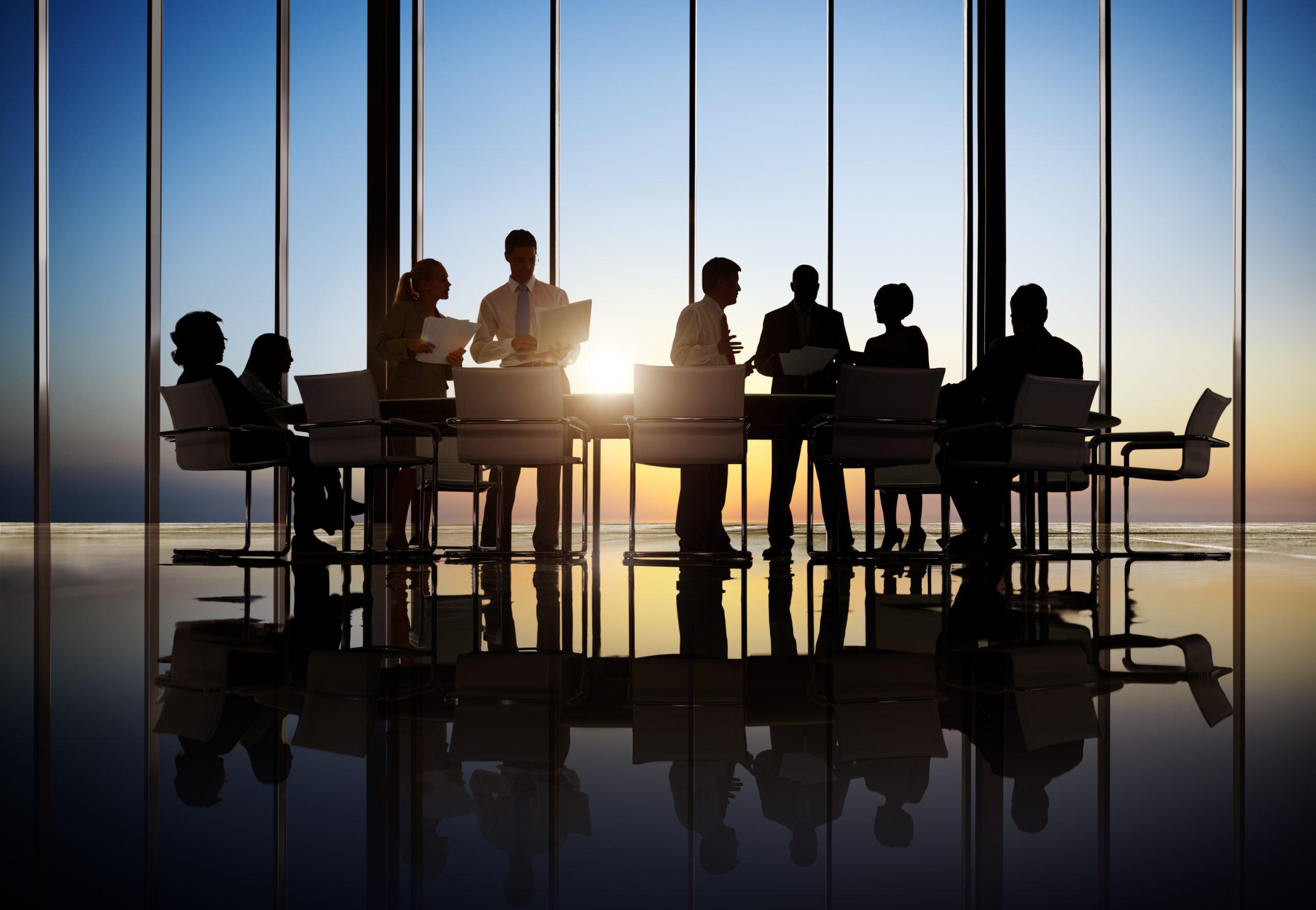 תמונה של אנשי עסקים ברקע של שקיעה